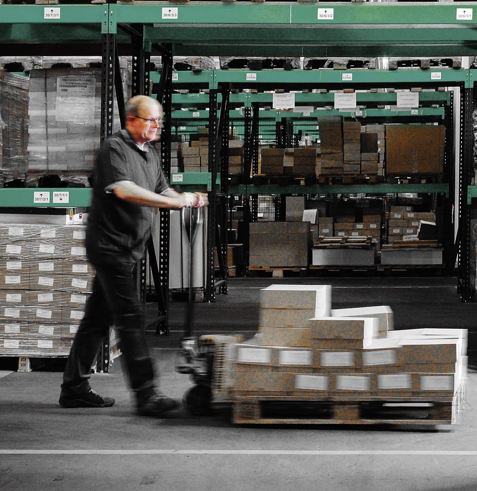 Wir lagern und liefern Ihre Produkte zuverlässig und termingerecht